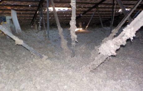 Soufflage de laine de roche dans des combles perdus dans l'Hérault